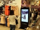 خریدار ڈریسنگ روم استعمال کیے بغیر دیکھ سکیں گے کہ جس پوشاک میں انہیں دل چسپی ہے وہ ان پر کیسی لگتی ہے۔ فوٹو: نیٹ