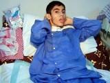 احمد کے والد نے سندھ حکومت سے علاج میں مزید تاخیر نہ کرنےکی اپیل کی ہے۔ فوٹو : فائل