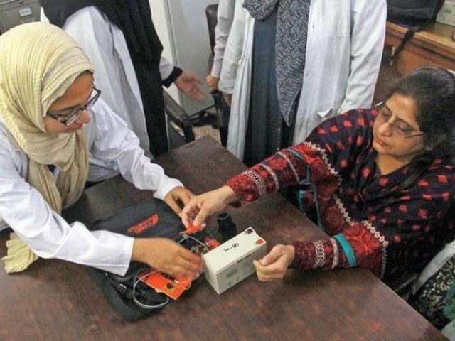 جامعہ کراچی میں واقع طالبات کی ٹیم دل کے دورے کی ابتدائی شناخت کرنے والے آلے کی آزمائش کررہی ہیں۔ تصویر اطہر خان ایکسپریس