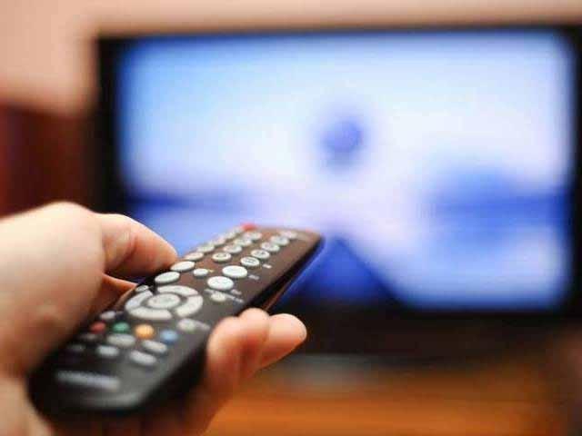 لیکن دوسری طرف پاکستان کے ٹی وی چینلز میں کچھ مخصوص پروگرامز کے علاوہ کچھ بھی نہیں ہوتا، ملکی سیاست، مذہب، کھانا پینا اور کچھ ملتے جلتے موضوعات۔ فوٹو: فائل