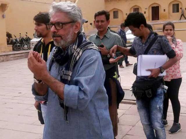 فلم ''پدماوتی'' کی شوٹنگ جے پور کے  تاریخی مقام جے گڑھ فورٹ میں جاری تھی کہ نامعلوم افراد نے حملہ کردیا۔ فوٹو:بشکریہ ٹوئٹر