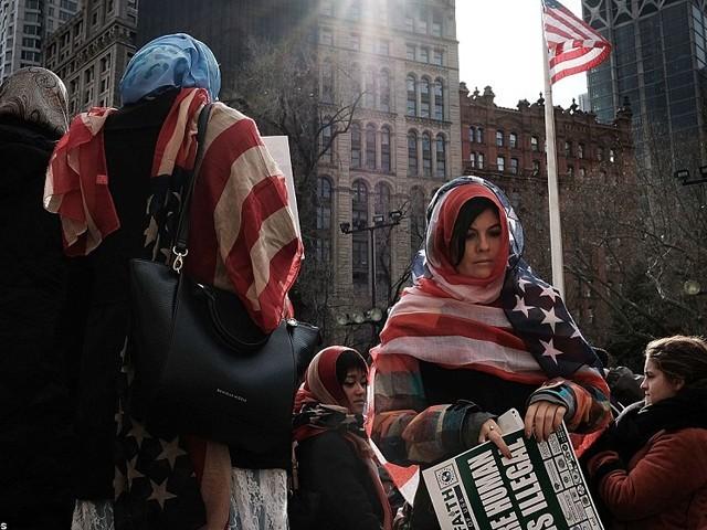 ریلی کا مقصد ملک میں تیزی سے پھیلتے مذہبی عدم برداشت کا خاتمہ اور مسلم و غیر مسلم خواتین کو ایک دوسرے کے قریب لانا ہے،ریلی کی منتظمہ ناظمہ خان فوٹو: ڈیلی میل