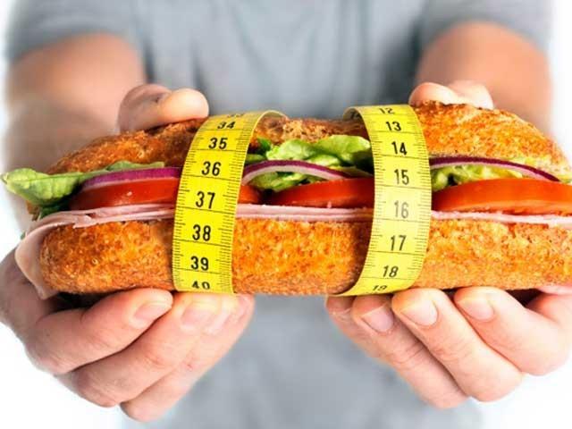 اگر آپ وزن گھٹانے کے لیے ورزش کررہے ہیں تو ساتھ ایسی غذا کا استعمال بھی جاری رکھیں جو وزن نہ بڑھاتی ہو، ماہرین، فوٹو؛ فائل