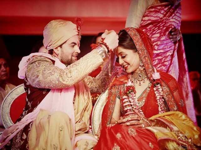 شادی کی تقریب میں د'لہا گولڈن رنگ کی شیروانی اور دُلہن نے روایتی لال رنگ کا عروسی جوڑا زیب تن کیا ہوا تھا، فوٹو بشکریہ؛ ہندوستان ٹائمز