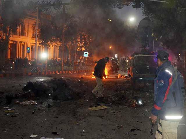 جب خطرہ پہلے سے موجود تھا تو مظاہرین کی اتنی بڑی تعداد کو کیوں جمع ہونے دیا گیا؟ کیا مظاہرین کے ساتھ مذاکرات کی کوئی صورت پیدا نہیں کی جاسکتی تھی؟ فوٹو: آئی این پی
