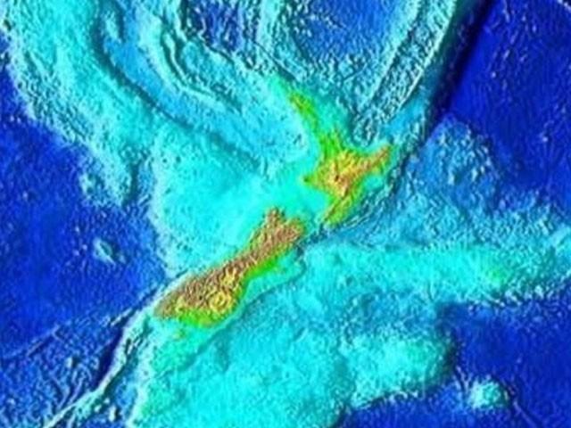 نیوزی لینڈ کا مشہور و بلند پہاڑ ماؤنٹ کک جو مجوزہ آٹھویں براعظم ''زی لینڈیا'' کے اس 6 فیصد حصے میں شامل ہے جو سمندر سے باہر ہے۔ فوٹو: فائل