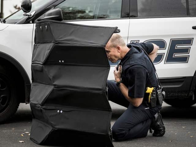 یہ بلٹ پروف کئی طرح کی گولیوں کا سامنا کر سکتی ہے جس کے پیچھے بیک وقت دو لوگ چھپ سکتے ہیں  فوٹو: بشکریہ برگھم یوتھ یونیورسٹی