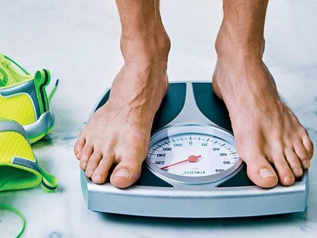 مہینے میں صرف پانچ دن فاقہ کریں یا پھر انتہائی کم کیلوریز والی غذائیں کھا کر دیر تک وزن کم کیا جاسکتا ہے ۔ فوٹو: فائل