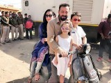 اہلیہ مانیتا دت شوہر سے دوری براداشت نہ کر سکیں اور اپنے دونوں بچوں کے ساتھ آگرہ اپنے شوہر سے ملنے پہنچ گئیں۔ فوٹو: نیٹ