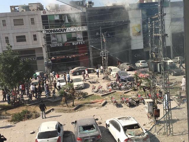 دھماکے کے بعد پاک فوج کے جوانوں نے علاقے کا کنٹرول سنبھال لیا۔ فوٹو: سوشل میڈیا