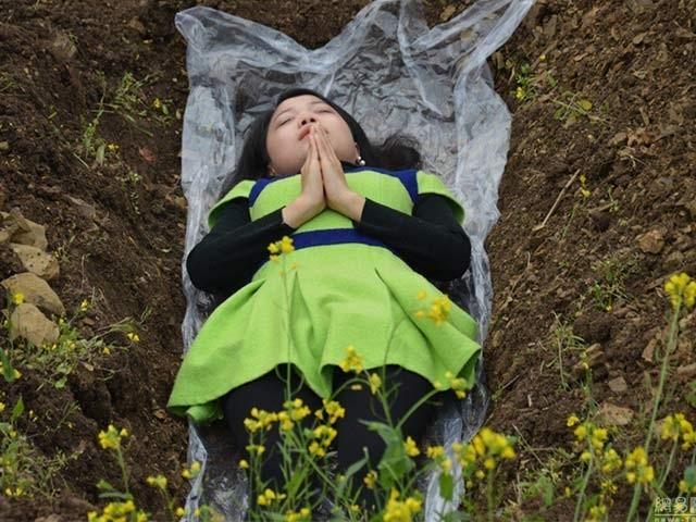 لیو تائجیائی کے مطابق طلاق کا دکھ موت کی یاد دلاتا ہے اور اب وہ مرنے کے مراقبے کرواکر طلاق شدہ خواتین کا غم دور کرنے میں مدد دے رہی ہیں۔ فوٹو بشکریہ نیٹ ایز ویب سائٹ