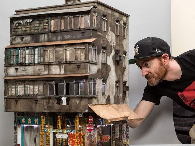 جوشوا اسمتھ اپنی نئی تخلیق کے ساتھ ، یہ عمارت انہوں نے ہانگ کانگ میں دیکھی تھی۔ فوٹو: بشکریہ جوشوا فیس بک پیج