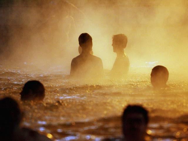 گرم پانی کے ٹب میں کچھ دیر بیٹھنے سے حرارے جلتے ہیں اور خون میں شکر کی مقدار کم ہوتی ہے، ماہرین، فوٹو؛ فائل