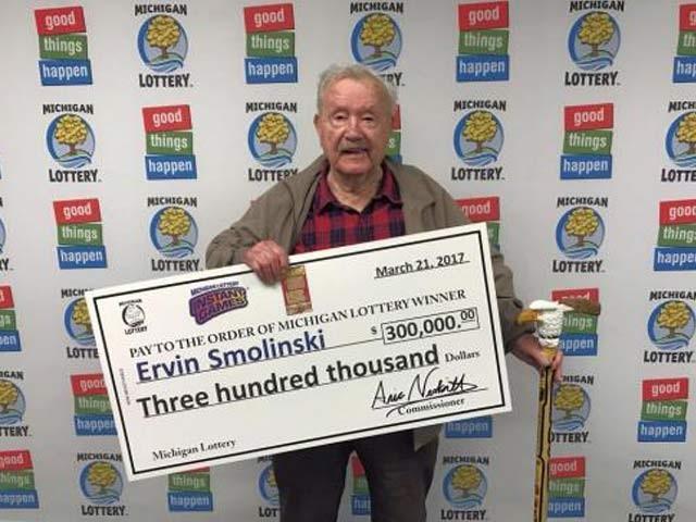 94 سالہ ارِون مولنسکی نے 3 لاکھ ڈالر لاٹری کا ٹکٹ جیتا جو پاکستانی 3کروڑ روپے بنتے ہیں،  فوٹو: بشکریہ بورڈ پانڈا