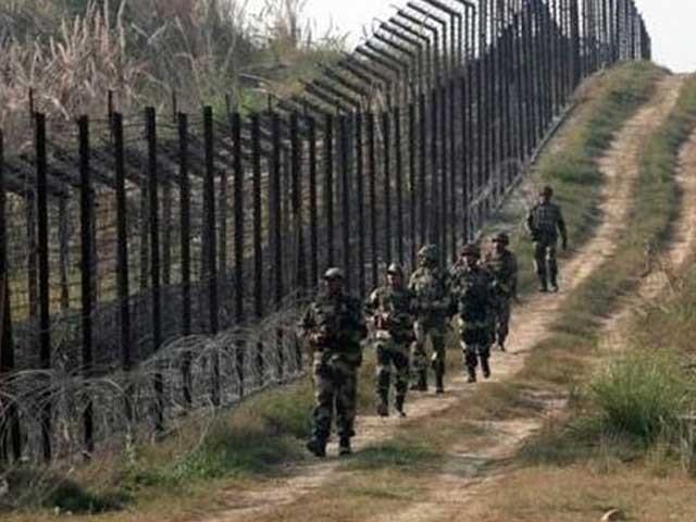 پاکستان اور بنگلا دیش کے ساتھ ملنے والی سرحد کو آئندہ سال بند کردیا جائے گا، بھارتی وزیر داخلہ راج ناتھ سنگھ، فوٹو؛ فائل