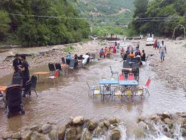 شاہدرہ پکنک پوائنٹ پر سیاح پانی میں ٹیبل اور کرسیاں لگا کر بیٹھتے ہیں، پانی میں نہاتے ہیں، تیراکی کرتے ہیں، ایک دوسرے پر پانی پھینکتے ہیں، اٹکھیلیاں کرتے ہیں اور محظوظ ہوتے ہیں۔ فوٹو: ابرار حسین