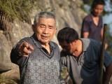 چینی شہری نے دیہاتیوں کی مدد سے پہاڑ میں 100 میٹر لمبی سرنگ کھودی اور تین پہاڑوں سے کاٹ کر نہر کو گاؤں تک لایا