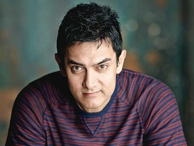 عامر خان لتا منگیشکر کے والد کے نام سے منسوب ایوارڈ لینے گئے جہاں انہیں ''دنگل'' فلم پر ایوارڈ دیا گیا، فوٹو؛ فائل