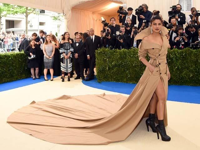 نیویارک فیشن میٹ گالا میں بھارتی اداکارہ پریانکا چوپڑا کا خوبصورت انداز ۔  فوٹو : اے ایف پی