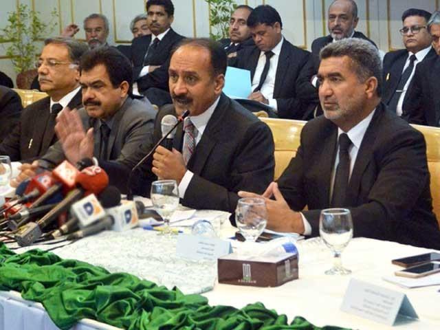 پاکستان بار کونسل کے كنونشن كے دوران وكلاء تنظیموں كی واضح طور پر تقسیم دیكھی گئی، فوٹو؛ ایکسپریس