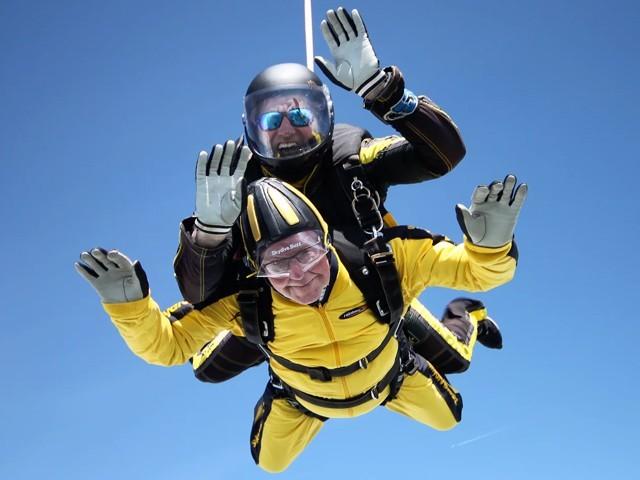 معمر ترین سابق برطانوی فوجی نے 15 ہزار فٹ کی بلندی سے چھلانگ لگائی جس پراس کا نام ورلڈ ریکارڈ میں شامل کرلیا گیا، فوٹو؛ بشکریہ گنیز بک