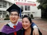 زو ہونگیان اپنے بیٹے ڈِنگ ڈِنگ کے ساتھ پیکنگ یونیورسٹی میں گریجویشن کے موقع پر۔ فوٹو: بشکریہ ڈیلی چائنا