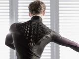 ایم آئی ٹی کی تیار کردہ زندہ خلیات والی شرٹ جو کمرشل بنیادوں پر بھی بنائی جاتی ہے۔ فوٹو: ایم آئی ٹی