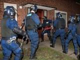 برطانوی پولیس حملے میں ملوث افراد کی تلاش میں چھاپے مار رہی ہے۔ فوٹو: فائل