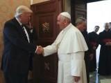 باتوں کے دوران امریکی صدر پوپ کے ہاتھ کو پکڑنے کی کوشش کرتے ہیں جس پر پوپ غصے میں آگئے۔ فوٹو : فائل