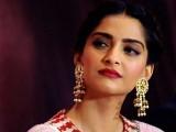 اداکارہ آج کل سنجے دت کی زندگی پر بنے والی فلم سمیت ویردی ویڈنگ میں خاصی مصروف ہیں: فوٹو: فائل