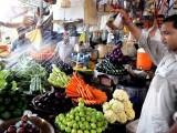 ٹماٹر توسستے ہوگئے مگر کیلے، آلو،انڈے، گھی،تیل، دودھ، دہی، چکن اور دالیں مہنگی ہوئیں،ہفتہ وارافراط زرمیں0.15فیصد اضافہ۔ فوٹو: ایکسپریس/فائل