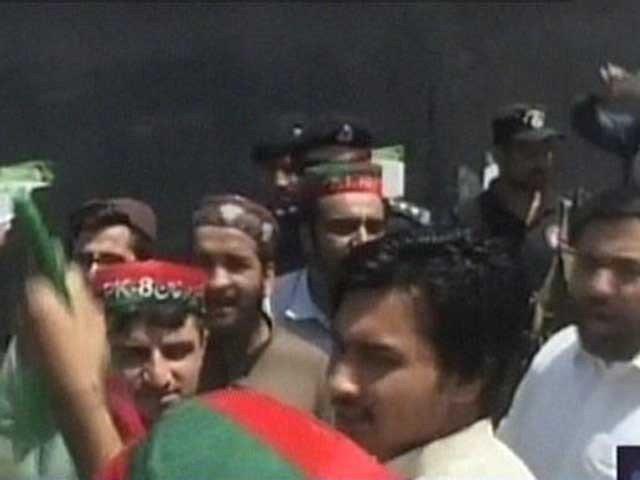 بٹ خیلہ میں مشتعل مظاہرین کی قیادت کرنے والے ایم این اے جنید اکبر اور مشیر وزیراعلیٰ شکیل خان کو لیویز نے گرفتار کرلیا: فوٹو : فائل