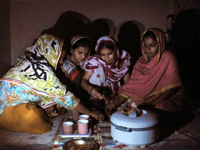 بجلی کی بندش کے باعث شہریوں کو رمضان المبارک کی پہلی سحری میں مشکلات کا سامنا کرنا پڑرہا ہے۔  فوٹو: فائل