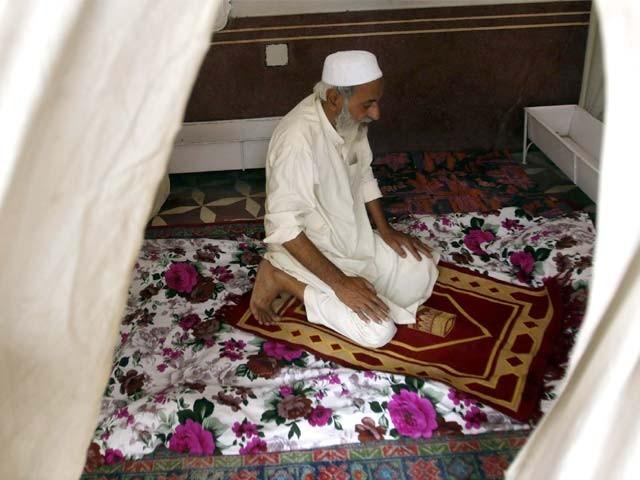 اعتکاف سے مقصود لیلۃ القدر کو پانا ہے، جس کی فضیلت ہزار مہینوں سے زیادہ ہے۔ فوٹو : اے ایف پی / فائل