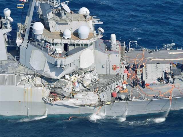 امریکی جہاز یو ایس ایس فٹز جیرالڈ میں پانی بھرنے لگا ہے تاہم ڈوبنے کا خطرہ نہیں۔ فوٹو: رائٹرز