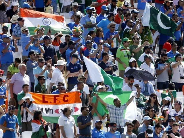 بھارتی شائقین چھٹی وکٹ گرنے کے بعد ہی میدان سے باہر جانا شروع ہوگئے۔ فوٹو: اے ایف پی