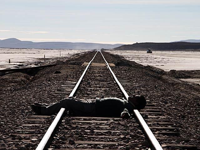 نوجوان پلیٹ فارم کی طرف بڑھتی ہوئی ریل گاڑی کی جانب جھکا اور اس کا پاؤں پھسلا اور وہ نیچے ریل کی پٹڑی پر جاگرا۔ فوٹو؛ فائل