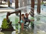 یہ واٹر پارک بطورِ خاص اس سوچ کے تحت بنایا گیا ہے کہ سیر و تفریح پر معذور لوگوں کا بھی صحت مند افراد جتنا حق ہے۔ (فوٹو: مورگنز ونڈرلینڈ)