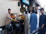 مخیر اور دردمند دل حضرات کی جانب سے سڑکوں پر افطار کا انتظام کیا گیا ہے جو انسان دوستی اور رمضان سے رغبت کا مظہر ہے۔