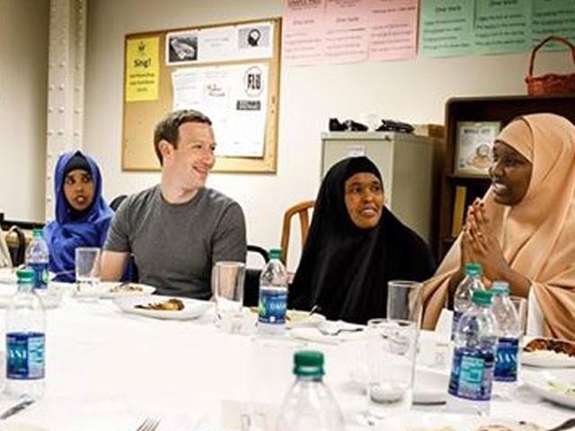 مارک زکر برگ نے امریکا میں صومالی مہاجرین کے گھر افطاری کی — فوٹو : فیس بک