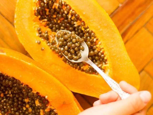 صحت کے حوالے سے پپیتے کے بیج بھی اس کے گودے کی طرح نہایت مفید ہیں۔ (فوٹو: فائل)