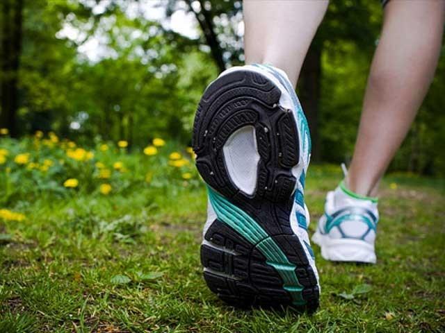 ماہرین کا کہنا ہے کہ ہری بھری جگہ پر ورزش اور چہل قدمی کے مفید اثرات صرف پانچ منٹ ہی میں ظاہر ہونا شروع ہوجاتے ہیں۔ (فوٹو: فائل)