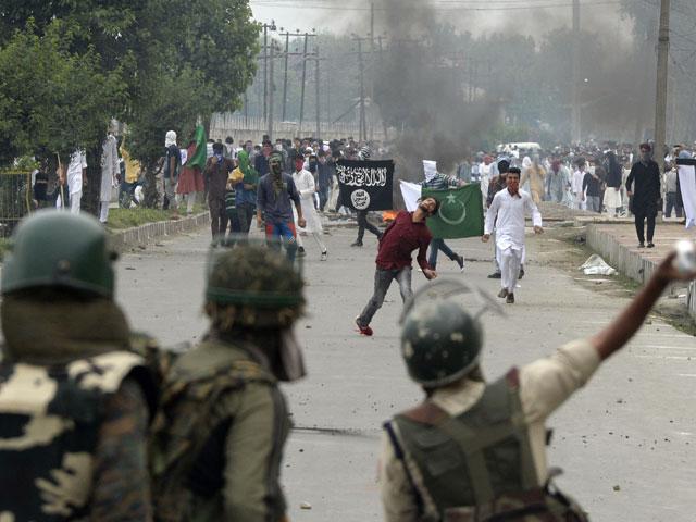 نوجوانوں کی شہادت پر مکمل ہڑتال، بھارت مخالف مظاہرے روکنے کیلیے قابض اہلکار تعینات۔ فوٹو : فائل