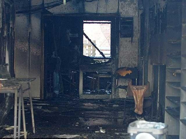 آتشزدگی کی وجہ سے نماز کا مرکزی ہال اور مدرسے کے تین کلاس رومز جل کر خاکستر ہوگئے۔ فوٹو: انٹرنیٹ