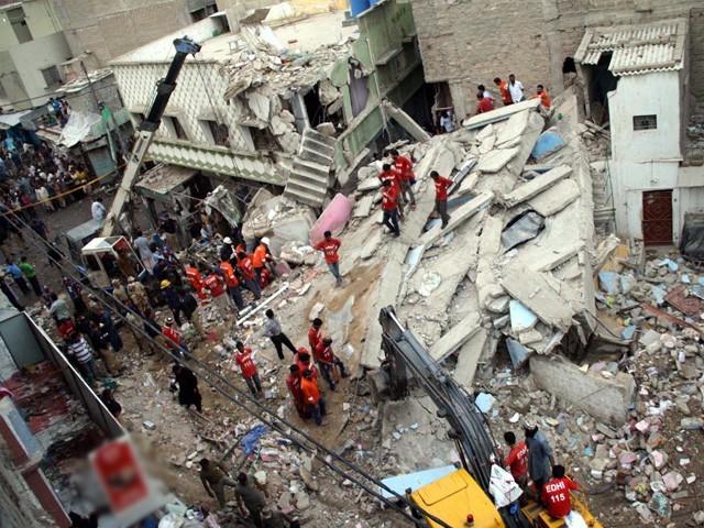 گرنے والی عمارت کے مالک کی تلاش شروع کردی گئی ہے۔ ۔ فوٹو: آن لائن