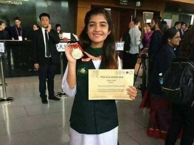 ماہا ایوب کیمسٹری اولمپیاڈ جیتنے کے بعد اپنے تمغے اور سرٹیفکیٹ کے ساتھ ۔ فوٹو: ماہا ایوب فیس بک