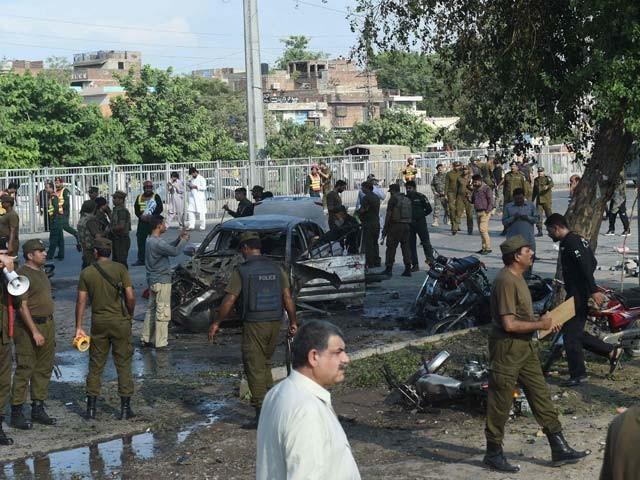 خودکش حملہ آور نے پولیس ناکے پر خود کو دھماکے سے اڑادیا۔ فوٹو: اے ایف پی