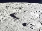 چاند کی سطح سے سینکڑوں میٹر گہرائی میں پانی کی وافر مقدار موجود ہوسکتی ہے۔ (فوٹو: فائل)