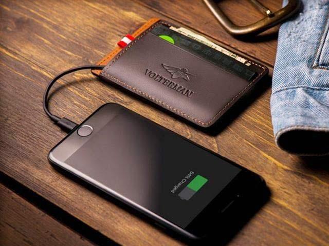 والٹرمین کا والٹ اسمارٹ فون چارج کرنے والا پاور بینک بھی ہے۔ فوٹو: بشکریہ والٹرمین ویب سائٹ