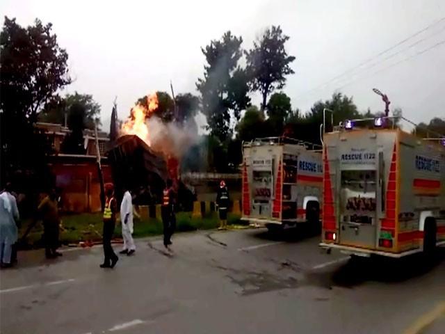 پولیس نے علاقے کو مزید کسی ناخوشگوار واقعے سے بچنے کیلیے خالی کرا لیا۔ فوٹو: ایکسپریس نیوز